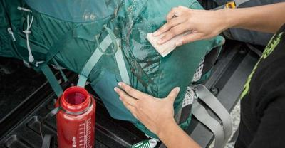 Bersihkan Tas Jansport Dengan Kain Lembap