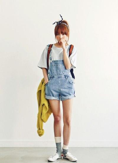 Oversized T-Shirt + Mini Overall Jeans