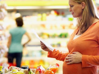 Apa aja sih makanan yang enggak boleh dikonsumsi ibu hamil?