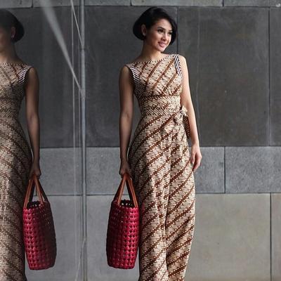 Jauh dari Kesan Tua, Ini Dia Baju Kerja Batik Wanita Modis yang Bisa Kamu Pilih!