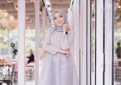 Menarik, Ini Dia Tips Mengkreasikan Padu Padan Warna Outfit Hijab Abu-Abu yang Modis