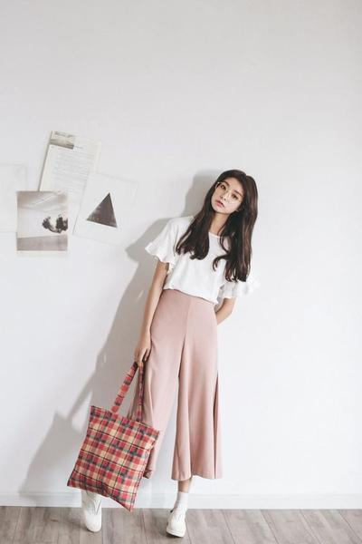 Atasan Berwarna Putih dan Baby Pink Trousers