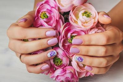 Cantiknya 5 Inspirasi Nail Art Bunga dengan Nuansa Putih Ini Bisa Kamu Contek, Ladies
