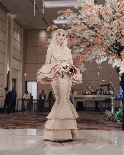 Model Kebaya Hijab Ini Bisa Bikin Tubuh Tinggi Terlihat Lebih Menarik, Lho!