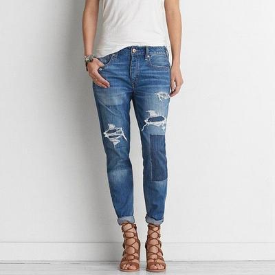 Mengubah Celana Jeans Bolong Jadi Keren? Begini Tipsnya!