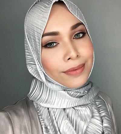 Jangan Salah Pilih, Ini Dia Warna Lipstik yang Cocok untuk Hijabers Kulit Gelap!