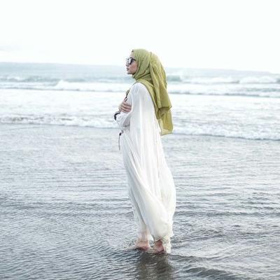 Pilihan Style Hijab Ke Pantai dengan Dress untuk Foto Liburan yang Instagram-able!