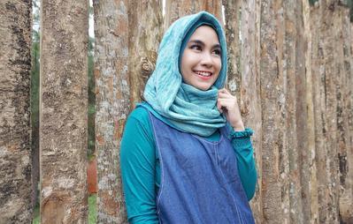 Inspirasi Long Dress Hijab Sederhana dan Cantik Ala Anisa Ex Cherrybelle, Mau Tahu?