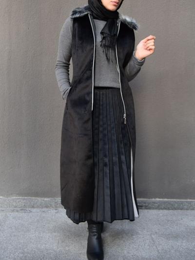 Inspirasi Style Rok Hijab Plisket Saat Musim Hujan