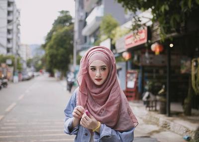 Mengenal Lebih Dekat dengan Gaya Sporty Khas Saira Mirror, Hijabers Thailand yang Ngehits