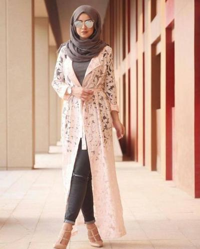 Sudah Punya Belum? Ini 4 Model Long Outer Hijab Berbahan Lace yang Sedang Hits Banget!