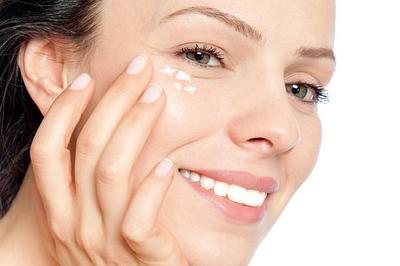 Punya Mata Panda? Psst, Coba Resep DIY Eye Cream yang Super Gampang Ini, Ladies!