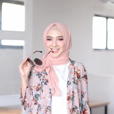 Cantik dan Feminim, Intip Padu Padan Hijab Style Warna Peach Ala Selebgram Ini!