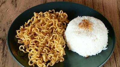Kurangi Mulai Sekarang, Ini Bahayanya Makan Mie Instan Saat Dicampur dengan Nasi