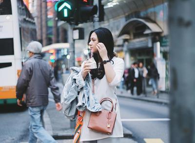 Intip Gaya Mini Sling Bag yang Lagi Populer dan Kekinian Banget di Kalangan Selebgram Ini!