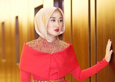 Mau Menghadiri Pernikahan Mantan? Tampil Elegan dengan Inspirasi Fashion Dian Pelangi Ini!