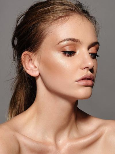 Makeup Natural dengan Glowy Look