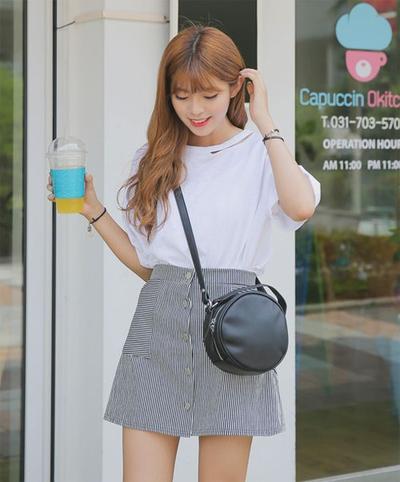 Dari yang Biasa Saja, T-Shirt Putih Berubah Jadi Cantik Jika Dipadukan dengan Rok Seperti Ini!