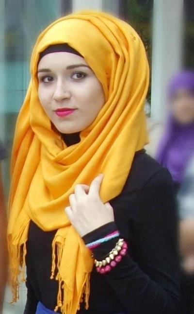 Hijab Warna Kuning Sebagai Fokus Utama