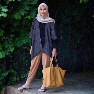 Wah, Intip Tips Padu Padan Long Outer Hijabers Ala Artis Indonesia yang Hits dan Kekinian!