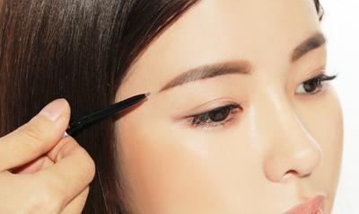Mudah, Begini 5 Langkah Membuat Alis Lurus Korea Tanpa Perlu Mencukur Alis!