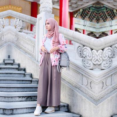 Hijab Pastel + White Sneakers