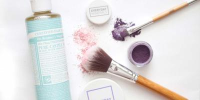 Membersihkan Kuas Make Up