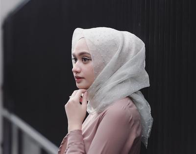 Cegah Munculnya Bau Apek Pada Hijab yang Mengancam Saat Hujan dengan Cara Jitu Ini!
