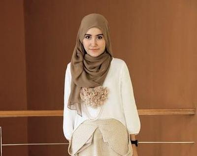 Padu Padan Warna Hijab Khaki Ini Justru Akan Bikin Efek Wajah Kamu Terlihat Lebih Cerah