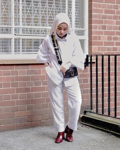Inspirasi Padu Padan Monochrome Striped Trousers Hijab
