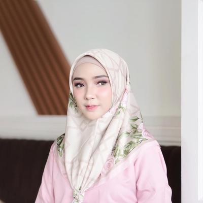 Cantik Banget! Ini Dia Inspirasi Style Hijab Pattern Colorful ala Ayu Indriati!