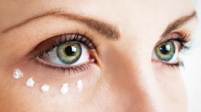 Ladies, Ini Cara Mudah dan Simple Mengaplikasikan Eyeliner Putih Pada Mata Bagian Bawah!