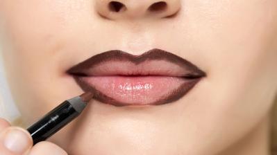 Gunakan Lip Liner Untuk Membingkai Bibir