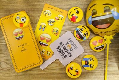 Ladies, Bedak Tabur Innisfree yang Emoji No Sebum Bagus Enggak Ya?