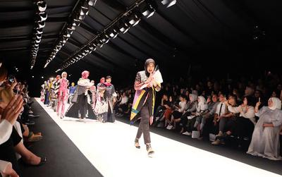 5 Karya Desainer Hijabers dalam Jakarta Fashion Week 2018 Ini Tampil Memukau dan Penuh Makna!