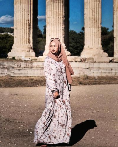 Tampil Feminim dengan Long Dress Motif Bunga
