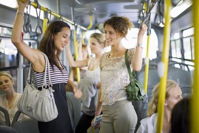 Penting Bagi Wanita, 4 Tips Naik Angkutan Umum Ini Akan Menjagamu Agar Tetap Aman!