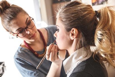 Jadi Makeup Artist Ternyata Tak Gampang, Tapi 5 Tips Ini Bisa Jadi Solusi Jitu!