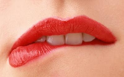 Hindari Menggigit Bibir
