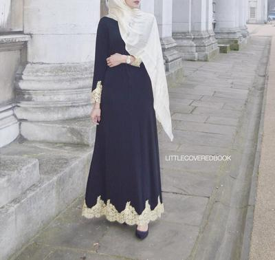 Dress Beraksen Emas Untuk Kesan Elegan