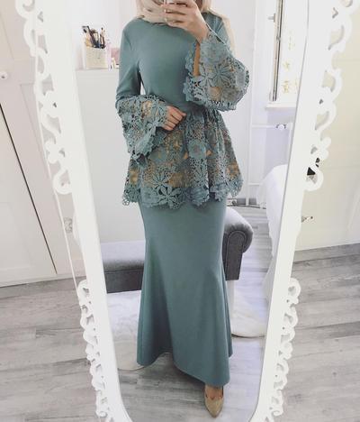 Dress dengan Aksen Brokat dan Ruffle