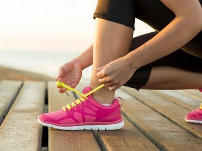 Ini Tips dan Tutorial Cara Mengikat Tali Sepatu yang Bikin Style Kamu Lebih Beragam!