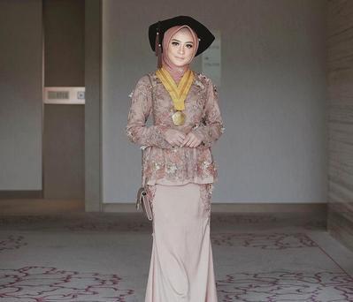 Lagi IN, Ini Pilihan Padu Padan Dress Kebaya Brokat dengan Hijab yang Siap Dipakai Ke Pesta