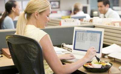 Hindari Makan Siang di Meja Kantor