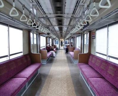 Ada yang punya pengalaman enggak naik kereta commuter line?
