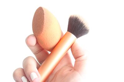 Brush Atau Sponge, Mana yang Kamu Pilih untuk Makeup Sehari-hari?
