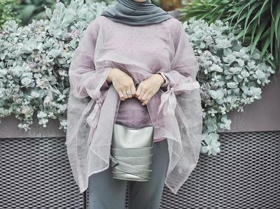Trik Padu Padan Tepat untuk Gaya Kondangan Hijab dengan Baju Berbahan Transparan