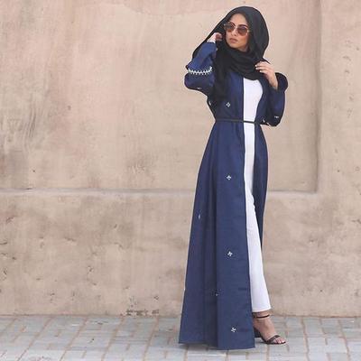 4. Baju Muslim Terusan Putih dengan Navy Blue Outer