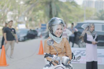 Kata Siapa Berkendara Motor di Jalan Tidak Aman? Yuk Ikuti Tips Ini, Ladies