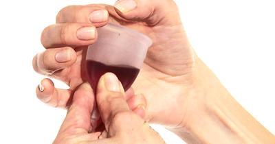 Mengeluarkan Menstrual Cup